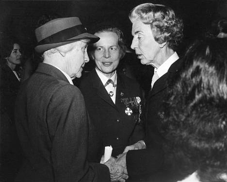 Kuningatar Ingrid (oik.) ja lady Baden-Powell onnistuivat vastaanoton tungoksessa tapaamaan ja vaihtamaan muutaman sanan keskenään. Varatuomari Helvi Sipilä (kesk.) seisoi kuningattaren rinnalla koko vastaanoton ajan.