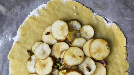 Siivutetut päärynät piilotetaan piirakan sisään.