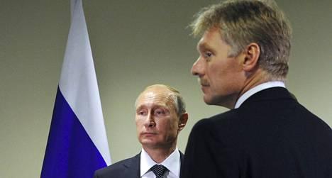 Dmitri Peskov (oik.) työskentelee Venäjän presidentin Vladimir Putinin tiedottajana.