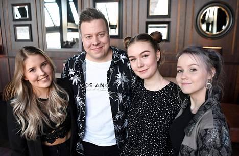 Olli Lindholmin tiimi Veera Vento (vas.), Markus Salo, Linda Smirnova ja Wilma Avanto The Voice of Finlandin livelähetysten kick off -tilaisuudessa.