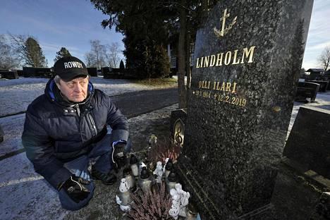 Raimo Jokisalo vei suruviestin Lindholmin kuolemasta tämän yli 90-vuotiaalle Helmi-äidille. –Se oli todella kova paikka, Jokisalo tiivistää.
