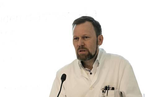 Ylilääkäri Antti Hakanen pitää vasta-ainetestausta oireettomien seulonnassa hakuammuntana.