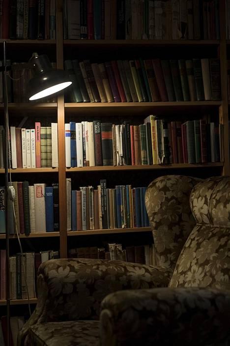 –Minä vain luen ja kirjoitan, kuvailee Kirsti Santaholma. Lukunurkkauksessa kirjat ovat käden ulottuvilla.