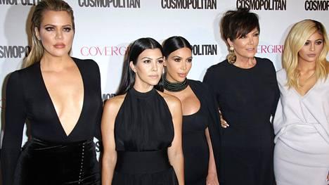 Kardashianien perheen naiset Khloé, Kourtney, Kim, Kris ja Kylie. Kuvasta puuttuu mallina tunnettu Kendall.