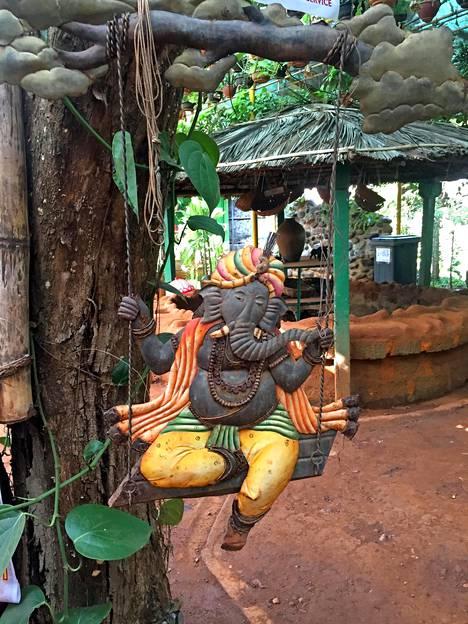Hindujumalat näkyvät kaikkialla aina koristeista yritysten nimiin. Tämä Ganesha-jumala keikkuu Dudhsagarin vesiputousten lähellä olevassa ravintolassa.