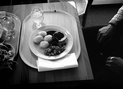 """Oleellinen osa Ikeaa on tavaratalon yhteydessä oleva ravintola. Helsingin Sanomien Nyt-liite arvioi Ikean ravintolan marraskuussa 1996. """"Tänne on piintynyt laitosruokalan haju"""", arviossa kirjoitettiin."""