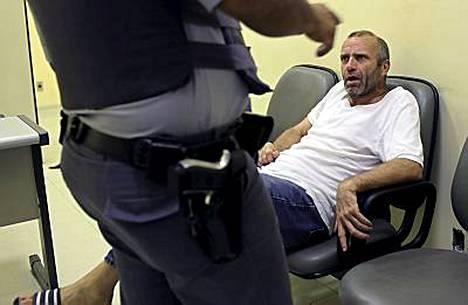 Saksalainen Heinz Muller nukkuu yönsä lentoaseman penkeillä. Brasilian poliisilla ei ole toistaiseksi mitään sitä vastaan.