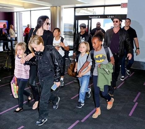 Angelina Jolie ja Brad Pitt lapsineen lentokentällä kesäkuussa 2015.