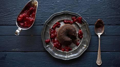 Tarjoile suklaafondantit vadelmakastikkeen kera.