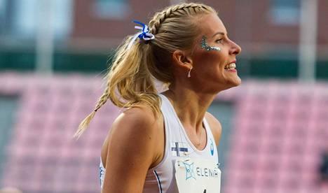 Kristiina Mäkelä kuuluu Suomen joukkueen kapteenistoon. Perjantaina hän näytti mallia ottamalla lajivoiton kolmiloikassa.