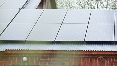 Aurinkopaneelia kiinnitettynä vanhan sikalan kattoon Suomessa. Project Sunroof ei vielä yllä näyttämään lukuja tämän asennuksen kannattavuudesta.