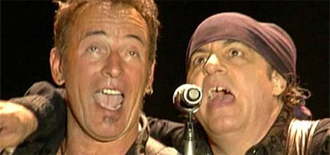 Bruce Springsteen ja Steven Van Zandt laulun hurmiossa.