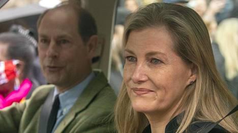 Prinssi Edward ja kreivitär Sophie vaikuttivat liikuttuneilta poistuessaan Windsorista.
