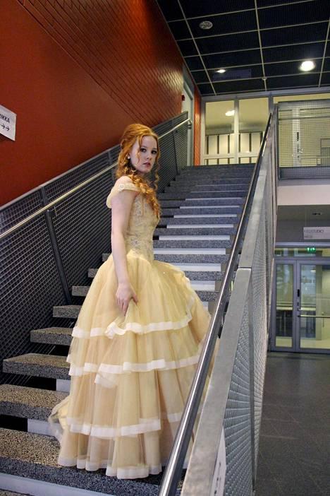 """""""Tässä kuva omasta prinsessapäivästäni! Ideana oli näyttää linnanneidolta, mutta tansseissa tajusin kavereiden kommenttien jälkeen, että muistutan paljon prinsessa Bellaa"""", Heli Kauppi kirjoittaa."""