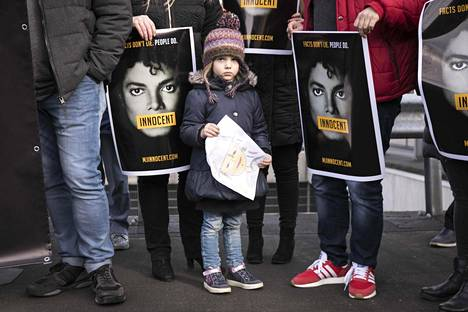 Michael Jacksonin fanit osoittivat mieltään hollantilaista tv-yhtiötä vastaan, joka näytti kohutun Leaving Neverland -dokumentin.