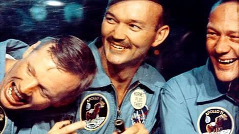 Neil Armstrong, Michael Collins ja Buzz Aldrin iloisissa tunnelmissa pian laskeutumisensa jälkeen.