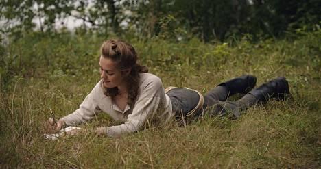 Anni (Oona Airola) rakastuu jatkosodassa haavoittuneeseen Veikkoon.
