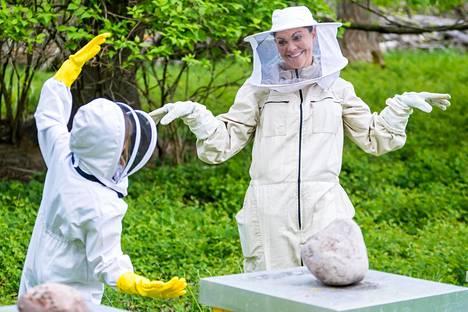 Kruununprinsessa Victoria heittäytyi hulluttelemaan mehiläisten tutkimisen lomassa.