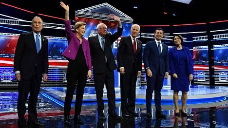 Demokraattien ehdokkaat Mike Bloomberg, Elizabeth Warren, Bernie Sanders, Joe Biden, Pete Buttigieg ja Amy Klobuchar Paris Theaterin lavalla Las Vegasissa ennen väittelyn alkua.