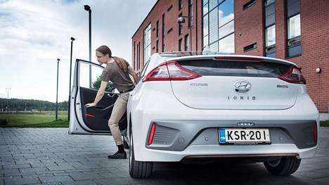 Jonni Lehtiranta ajaa ympäristöystävällisellä Hyundai Ioniqilla.