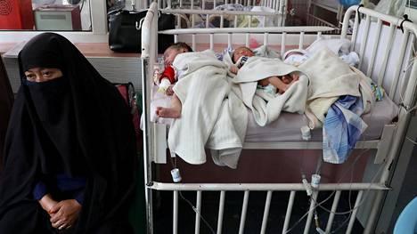 Äitinsä terrori-iskussa edellisenä päivänä menettäneet vauvat nukkuivat rinnakkain kabulilaisen sairaalan sängyssä keskiviikkona.