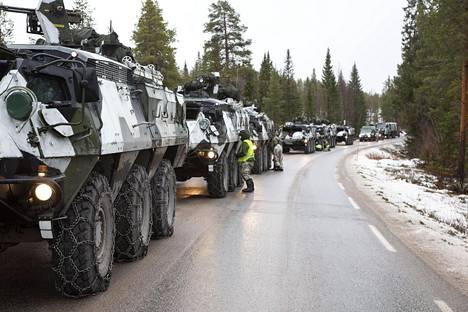 Suomalaisten jääkärikomppanja odotti vuoroaan ennen ruotsalaisia Trident-harjoituksissa.