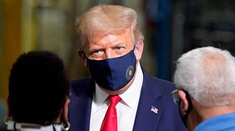 Trumpia on kritisoitu muun muassa siitä, että hän ei yleensä käytä kasvomaskia julkisuudessa. Trump kuvattiin kasvomaski kasvoillaan ensimmäistä kertaa heinäkuussa. Kuva elokuulta, kun hän vieraili Whirlpoolin tehtaalla Ohiossa.