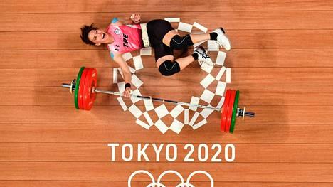 Taiwanin Kuo Hsing-Chun juhli olympiavoittoa painonnoston naisten 59 kilon sarjassa. Forbesin tietojen mukaan hän saa voitostaan yli 600000 euron bonuksen.
