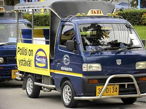 Hyppää kyytiin! Puikoissa ei kuitenkaan ole poliisi vaan tuktuk-kuski.
