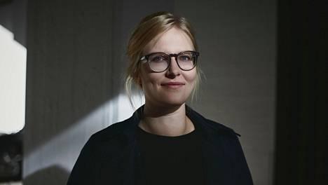 Anna-Liisa Ahokummun toinen romaani Kolme rukousta äidille (Gummerus) käsittelee äitien ja tytärten ketjua, synnytysväkivaltaa ja kriisejä elämän käännekohdissa.