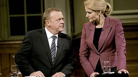 Väistyvä pääministeri Lars Lokke Rasmussen ja paikan ottava Helle Thorning-Schmidt kohtasivat kameroiden edessä.