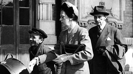 Marsalkka Mannerheim ja kreivitär Gertrud d' Arco saapumassa Nizzaan huhtikuussa 1950.