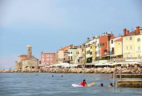 Piranissa kaikki on sympaattisen pientä. Rantakadulle mahtuvat sekä ravintolat että uimarit ja auringonottajat.
