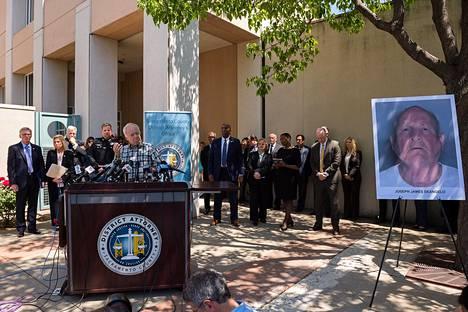 Bruce Harrington, jonka veli ja veljen vaimo joutuivat Golden State Killerin uhriksi, oli mukana kuuntelemassa, kun poliisi kertoi pidättäneensä sarjamurhaajan. Uhreja ja uhrien omaisia kuullaan elokuussa.