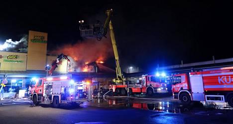 Paikalla oli enimmillään 15 yksikköä sammuttamassa paloa.