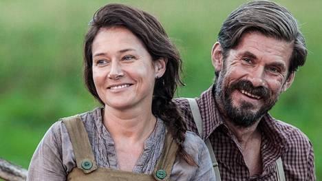 Tanskalainen Sidse Babett Knudsen sai Jussi-palkinnon parhaasta naissivuosasta. Vieressä Ikitie-elokuvan vastanäyttelijä Tommi Korpela.