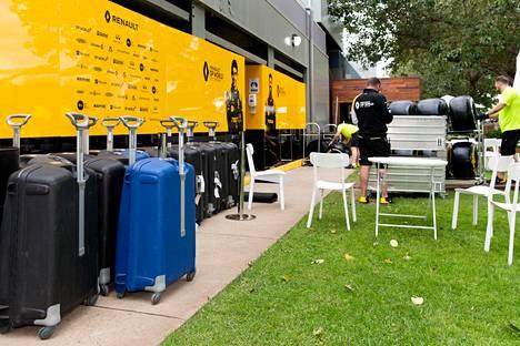 F1-tallien työntekijät pakkasivat varikolla tavaroitaan, kun tieto Australian GP:n perumisesta oli tullut.