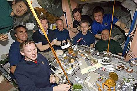 Avaruusmatkailijat lounastunnelmissa