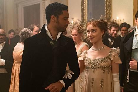 Daphne (Phoebe Dynevor) ihastuu Netflix-sarjassa komeaan herttuaan (Regé-Jean Page).