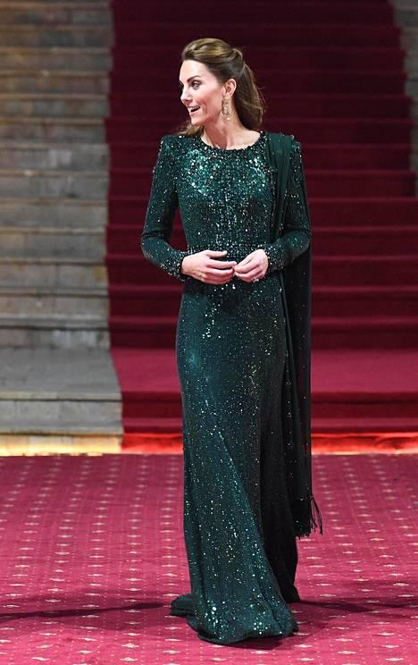 Herttuatar Catherinen smaragdinvihreä koristekivikirjailtu iltapuku ihastutti Pakistanissa.