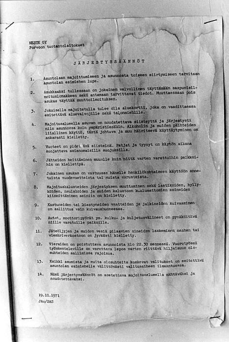 Porvoon Kilpilahdella, eli Sköldsvikissä sijaitsi 1970-luvulla Nesteen siirtotyömaa. Parakin järjestyssäännöt oli kirjattu 14 kohdan listaksi.
