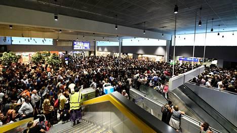 Reutersin mukaan lentokentän henkilökunta tiedottaa matkustajille tapahtumista puhumalla megafoniin.