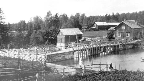 Hanabölen Myllykosken maisemaa 1900-luvun alussa. Etualalla on 1890-luvulla rakennettu pato siltoineen, sillan vasemmalla puolella joen rannassa 1853-54 rakennettu mylly alkuperäisessä muodossaan. Padolta myllylle johtaa vesiränni. Sillan pielessä tien varressa on vanha myllärin talo. Taustalla näkyvä suuri rakennus on Havukoskentilan navetta.