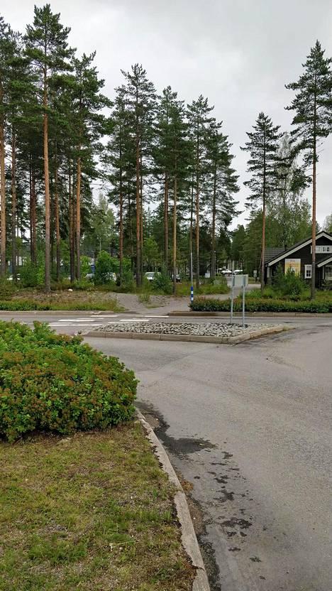 Poliisi julkaisi kuvan tapahtumapaikalta Vierumäeltä. Etualalla näkyvä metsä on poliisin mukaan rikoksen tapahtumapaikka. Metsän takana on urheiluopiston päärakennus.