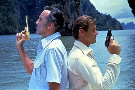 Eräs tunnetuimpia Christopher Leen rooleja oli konnan Scaramangan esittäminen James Bond-elokuvassa Mies ja kultainen ase vuodelta 1974. Selän takana Roger Moore.