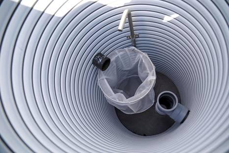Suodatinkaivossa on suodatinpussi, jonka kangas erottelee jätevedessä olevan kiintoaineksen ja rasvaa. Suodatinkaivo on järjestelmän esierottelija. Pussi on tyhjennettävä vähintään kerran vuodessa esimerkiksi kompostiin.