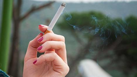 Viikoittain tupakansavulle altistuvat itse savuttomat sairastavat kroonista munuaissairautta noin 40–50 prosenttia todennäköisemmin kuin tupakansavulle altistumattomat.