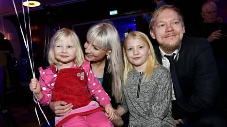 Laura Huhtasaarella ja hänen puolisollaan, työterveyslääkärinä työskentelevällä Teemu Lämsällä on nykyään 4- ja 11-vuotiaat tytöt.