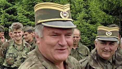 Ratko Mladic joukkojensa keskellä 1996.