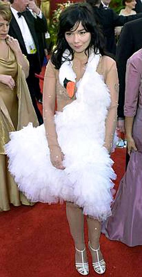 Pienestä koostaan huolimatta Björk kiskoo viinaa ison miehen tavoin.